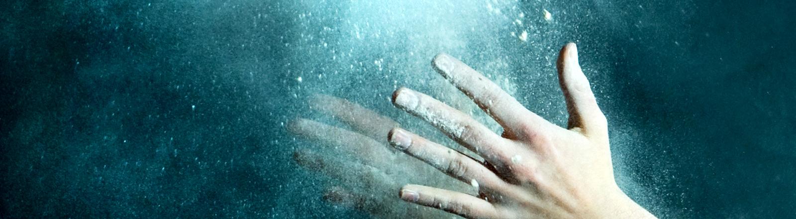 Hande klatschen zusammen, eine Wolke aus Kalk oder Staub