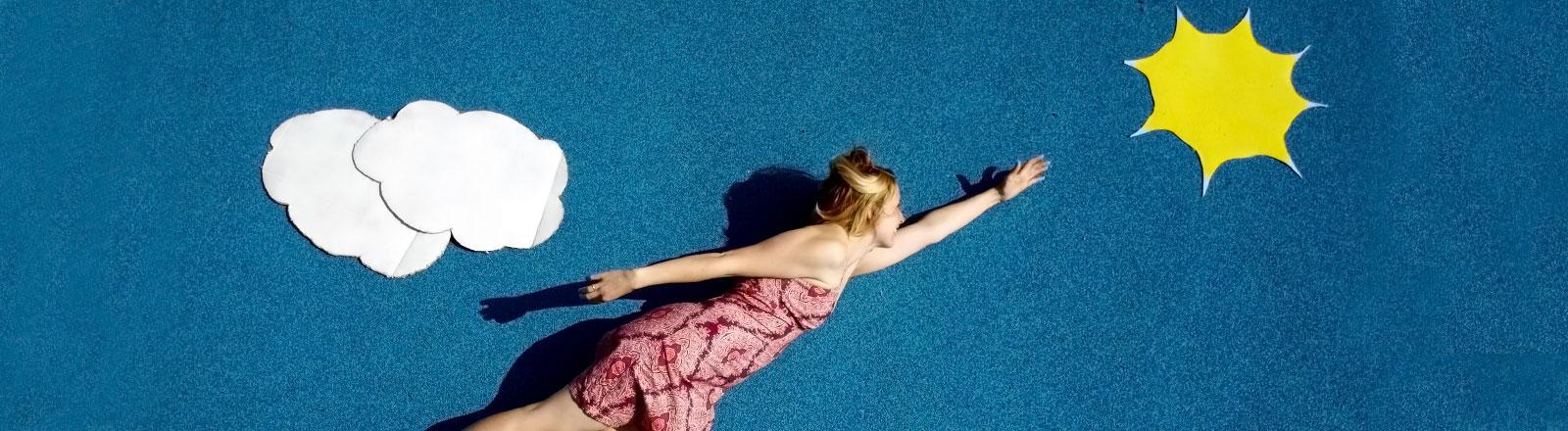 Eine Frau fliegt Richtung Sonne.