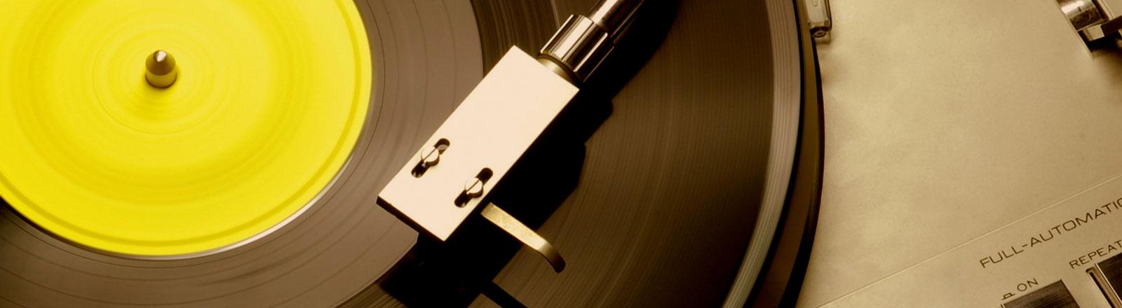 Eine Schallplatte auf einem Schallplattenspieler