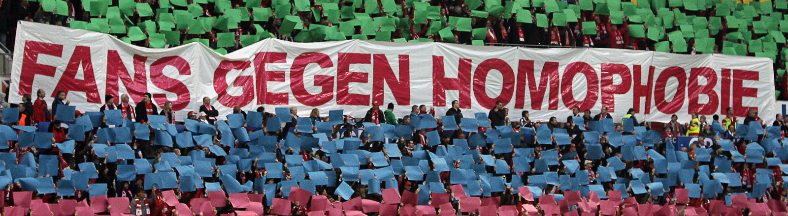 Die Mainzer Fans setzen vor dem Anpfiff ein Zeichen gegen Homophobie.