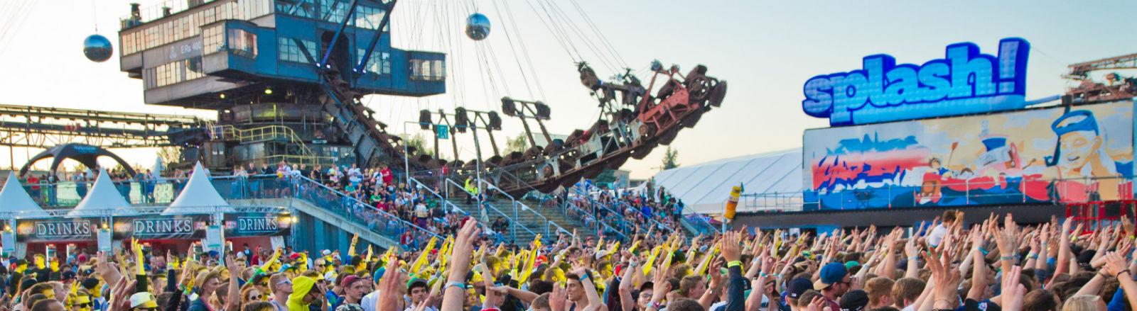Festivalbesucher recken beim Splash die Arme hoch. Bild: dpa
