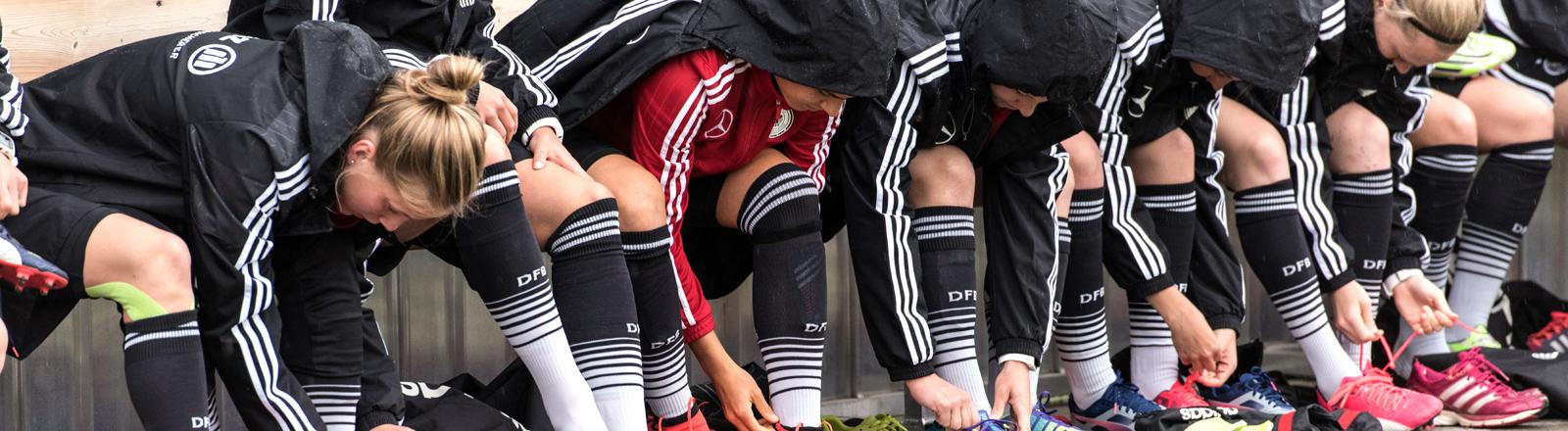 Spielerinnen der Fußball Frauen-Nationalmannschaft schnüren sich am 25.05.2015 in Wollerau in der Schweiz vor dem Training die Schuhe. Das deutsche Team bereitet sich auf die Fußball-WM in Kanada vor.