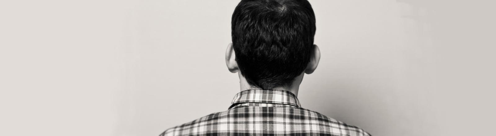 Ein Mann dreht den Rücken zu