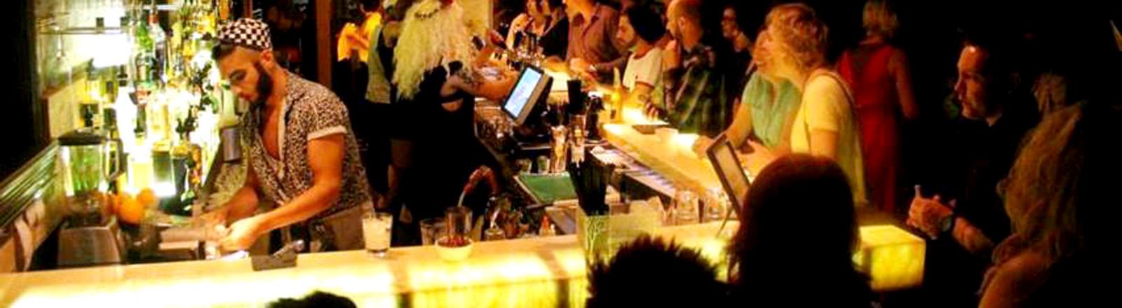 Damun Lebt ist seit fast zwei Jahren mit Work & Travel in Australien unterwegs. Unter anderem arbeitet er als Barkeeper.