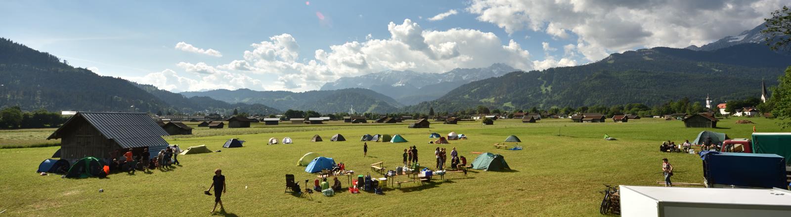 Die ersten Teilnehmer des Protestcamps gegen den G7-Gipfel auf Schloss Elmau haben am 03.06.2015 auf einer ihnen zugewiesenen Wiese in Garmisch-Partenkirchen (Bayern) ihre Zelte errichtet.
