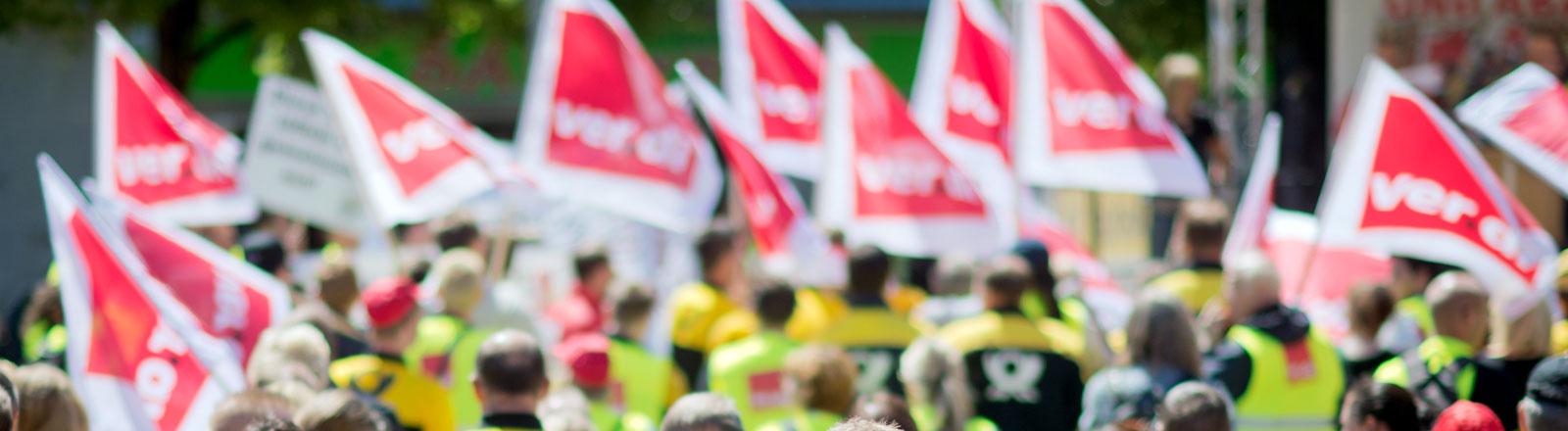 Gewerkschaftsmitglieder von Verdi streiken.