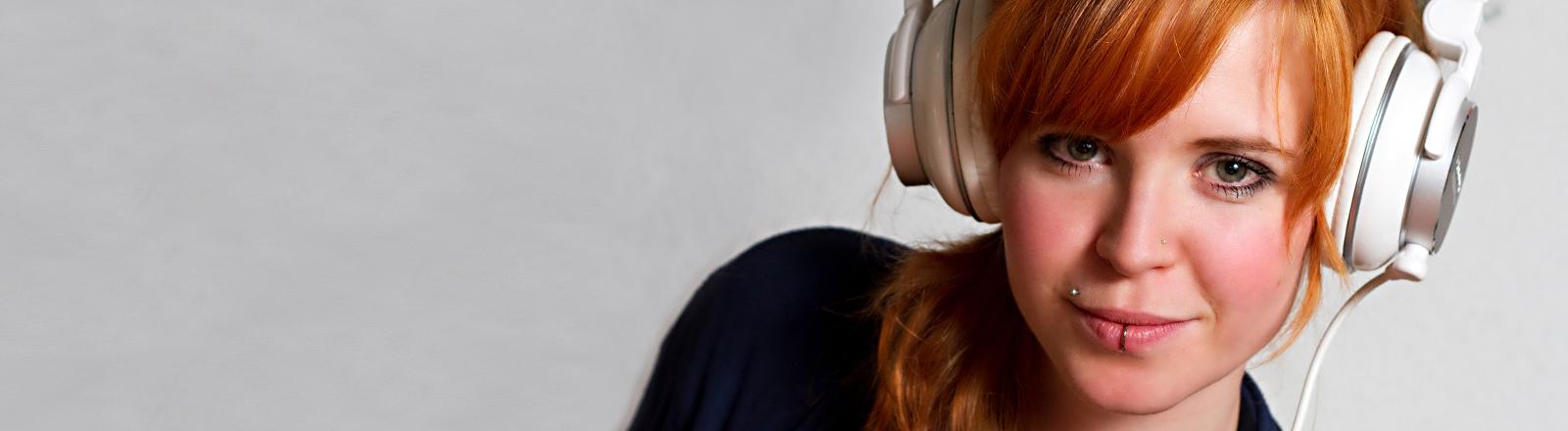 Eine Frau hört Musik über ihre Kopfhörer.
