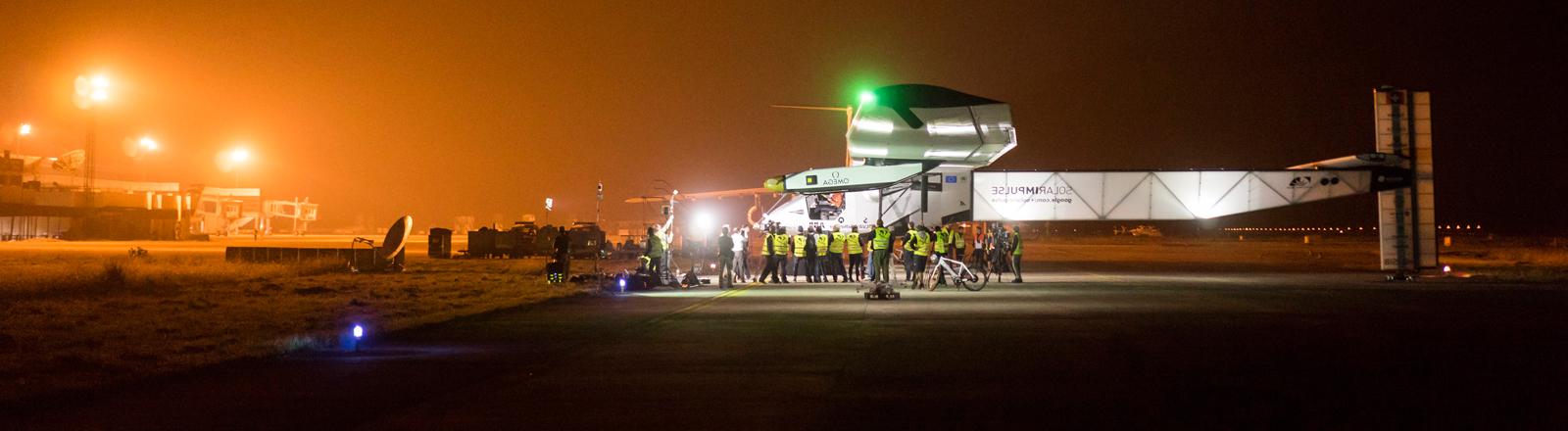 Das Solarflugzeug Solar Impulse 2 wird am 29.06.2015 für den Start vorbereitet.