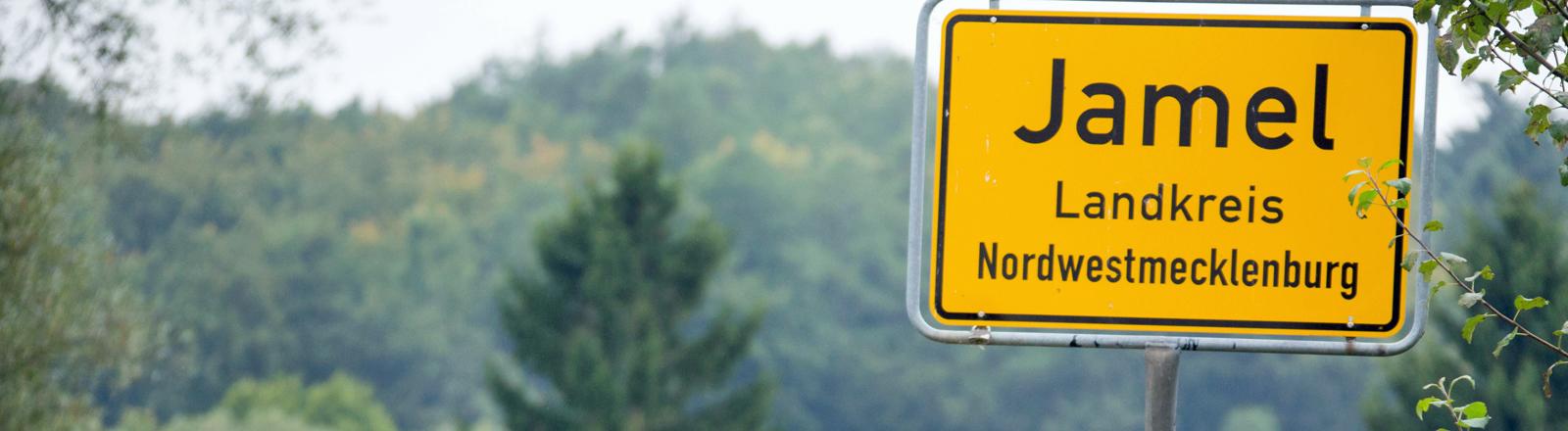 """Ein Straßenschild zeigt an: """"Jamel, Landkreis Nordwestmecklenburg"""""""
