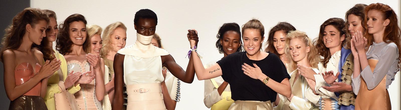 Modedesignerin Marina Hoermanseder mit Models auf dem Laufsteg.