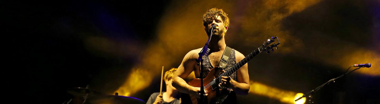"""Yannis Philippakis von der Indie-Rockband """"Foals"""" 2014 auf dem SuperRock-Festival in Portugal"""