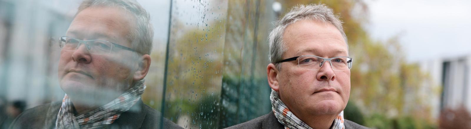 """Der ehemalige Investmentbanker Rainer Voss, fotografiert am 04.11.2013 in Berlin. Im Dokumentarfilm """"Master of the Universe"""" gibt er Einsichten in die Welt des Geldes und erzählt aus eigener Anschauung, wie es in der glitzernden Finanzwelt wirklich zugeht."""