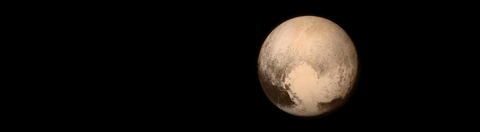 """Der Mond Pluto aufgenommen von der Sonde """"New Horizons"""" am 14.07.2015."""