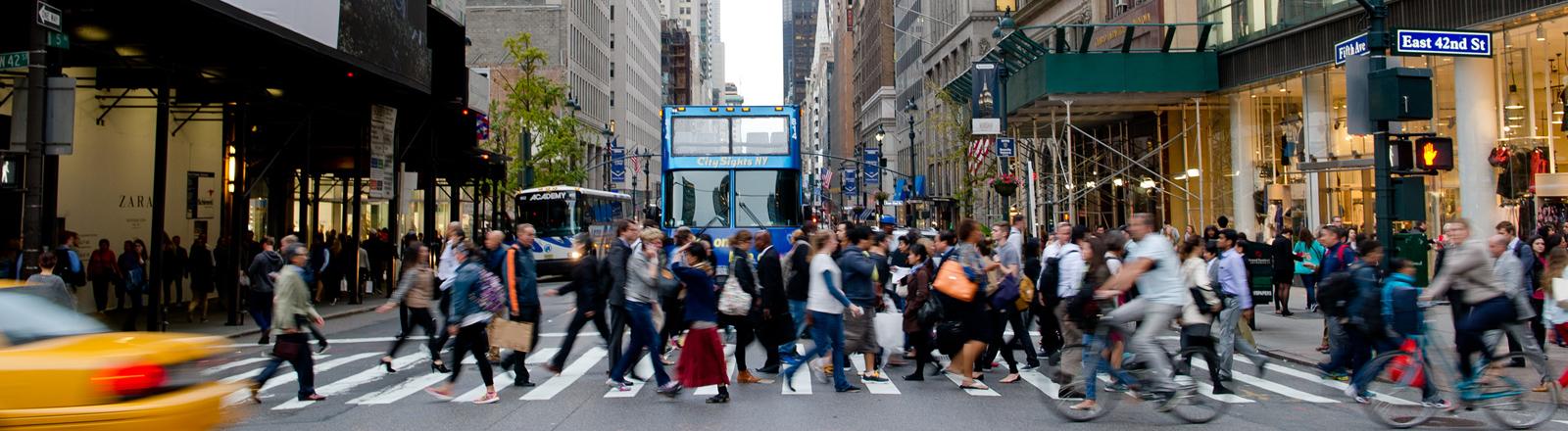 Menschen gehen am 24.09.2014 in New York (USA) über eine Straße.