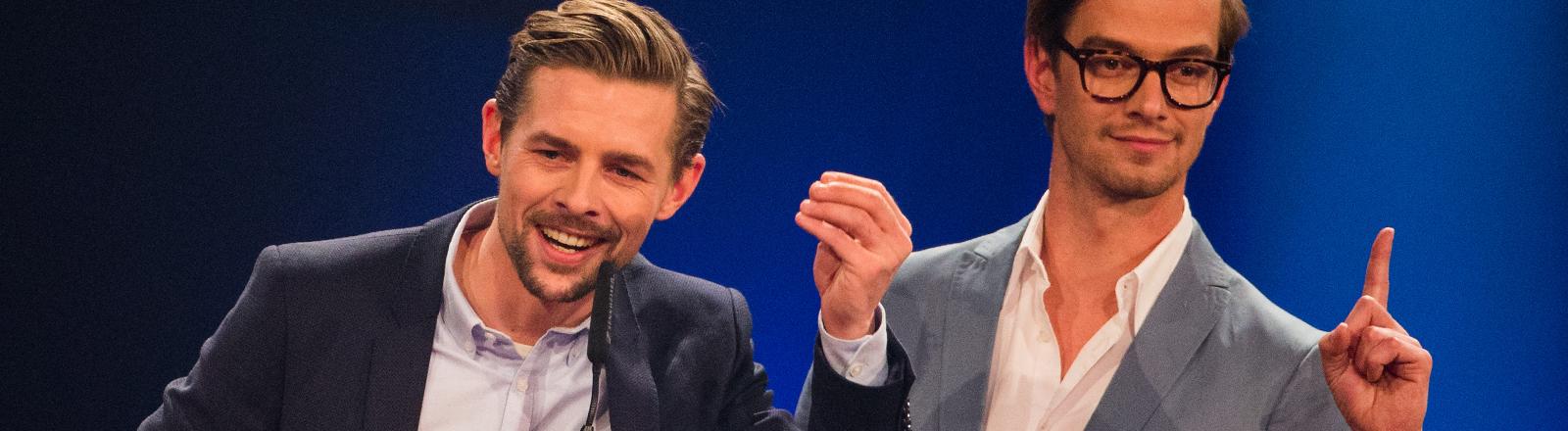 Joko Winterscheidt und Klaas Heufer-Umlauf freuen sich am 04.12.2014 bei der Verleihung der 1Live Krone in der Jahrhunderthalle in Bochum.