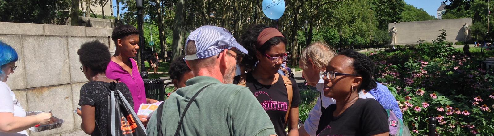 Shevani Victor im Gespräch mit Teilnehmerinnen des Occupy Summer Camps.