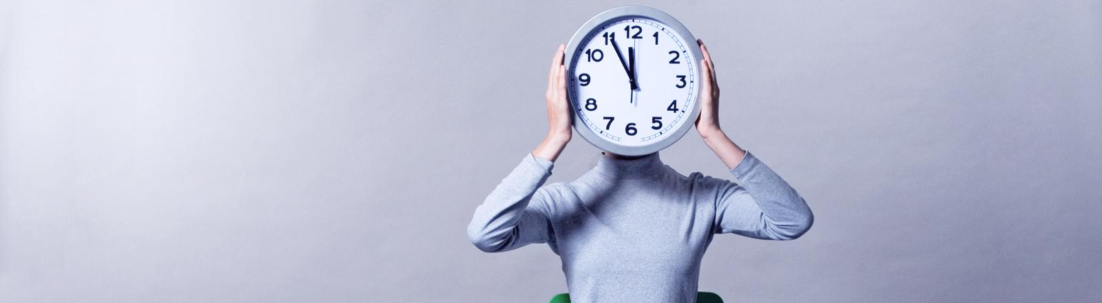 Eine stilisierte innere Uhr steht auf fünf vor zwölf.