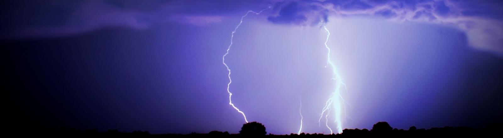 Blitz vor violettem Himmel