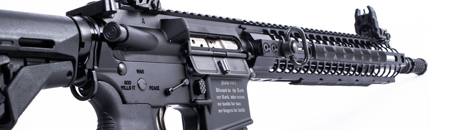 Sturmgewehr mit graviertem Bibelvers.