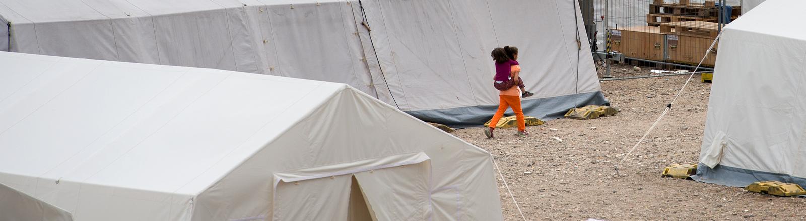 Kinder laufen durch die Zelte der Erstaufnahmeeinrichtung in Dresden.