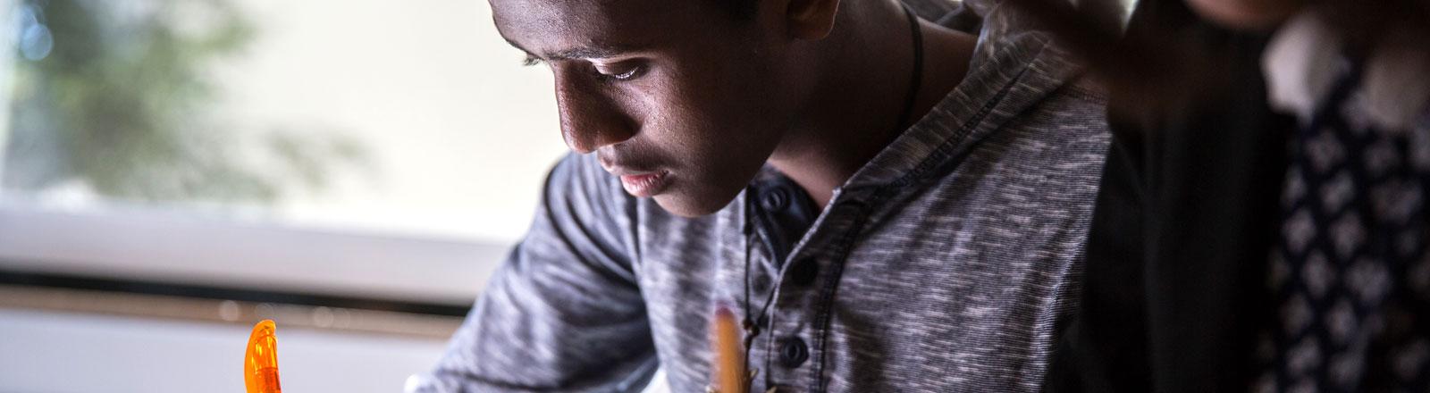 Der aus Eritrea stammende, jugendliche Flüchtling Abel Bahta im Deutschunterricht.