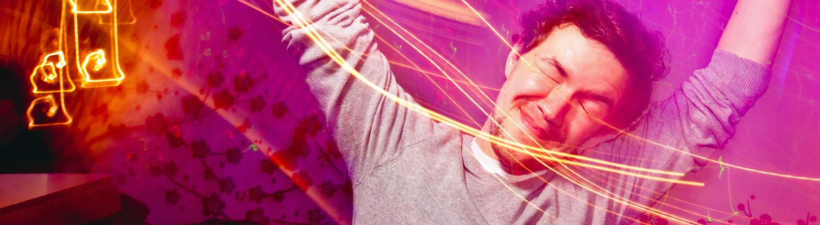 Ein Mann feiert in der Disco.