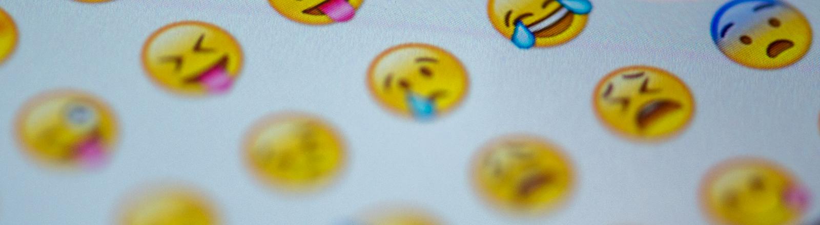 Unterschiedliche Smileys auf der WhatsApp-Oberfläche.