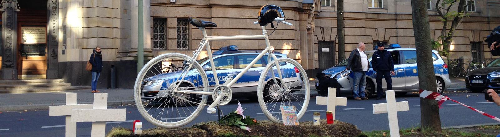 Mahnwache vor dem Amtsgericht Tiergarten Berlin am 12.10.2015: Lkw-Fahrer wurde zu 5000 Euro verurteilt nachdem er einen Fahrradfahrer fahrlässig tötete.