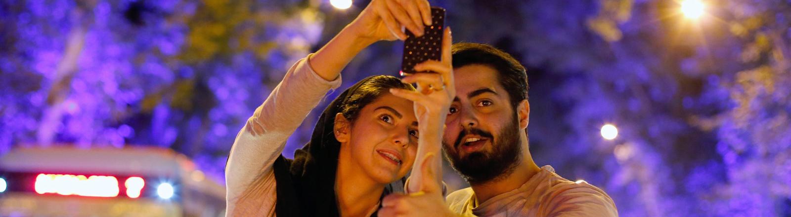 Ein iranischen Paar feiert in Teheran feiern das Ende des Atomstreits am 14.7.2015.