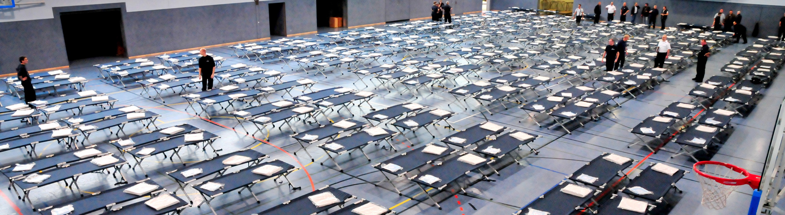Über 200 Feldbetten stehen am 07.09.2015 in der Neuwerker Sporthalle (Nordrhein-Westfalen).