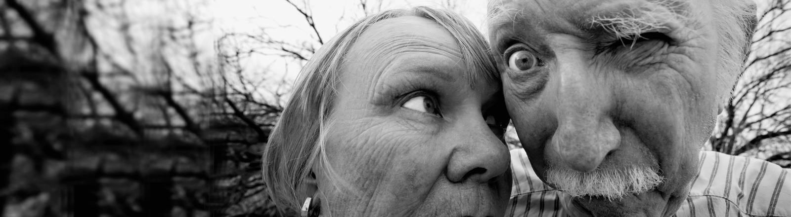 Eine alte Frau und ein alter Mann verzerrt aufgenommen.
