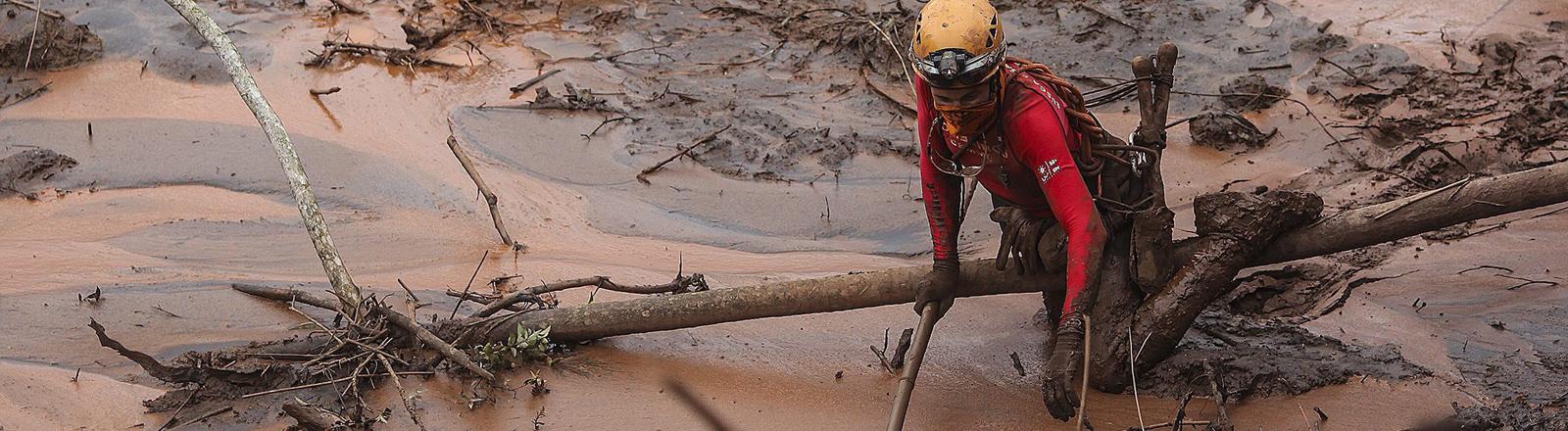 Nach einem Dammbruch wälzt sich eine riesige Schlammlawine entlang des Rio Doce.