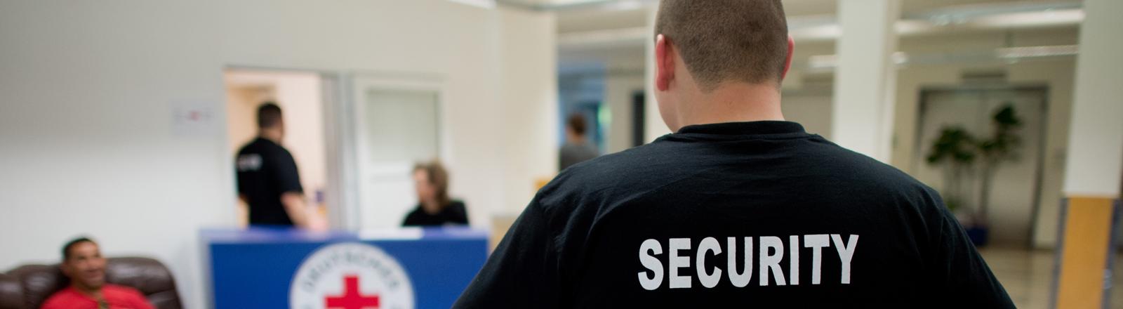 Ein Security-Mitarbeiter steht am 13.08.2015 im Eingangsbereich der Flüchtlingsunterkunft Oststadtkrankenhaus in Hannover