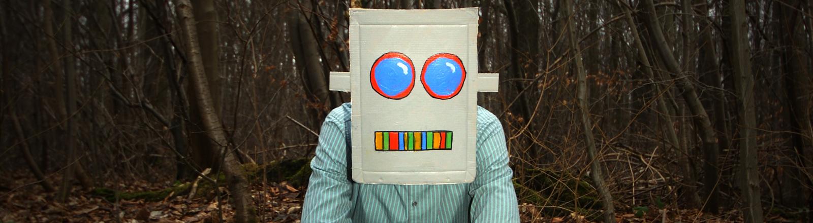 Ein Mann hat eine Robotermaske auf.