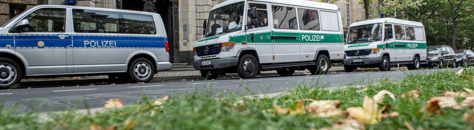 Polizeiwagen stehen am 06.10.2015 in Berlin vor einem Gerichtsgebäude in Moabit. Anlass für die Sicherheitsmaßnahmen ist ein Prozess gegen ein Mitglied einer bekannten arabischen Großfamilie vor dem Amtsgericht.