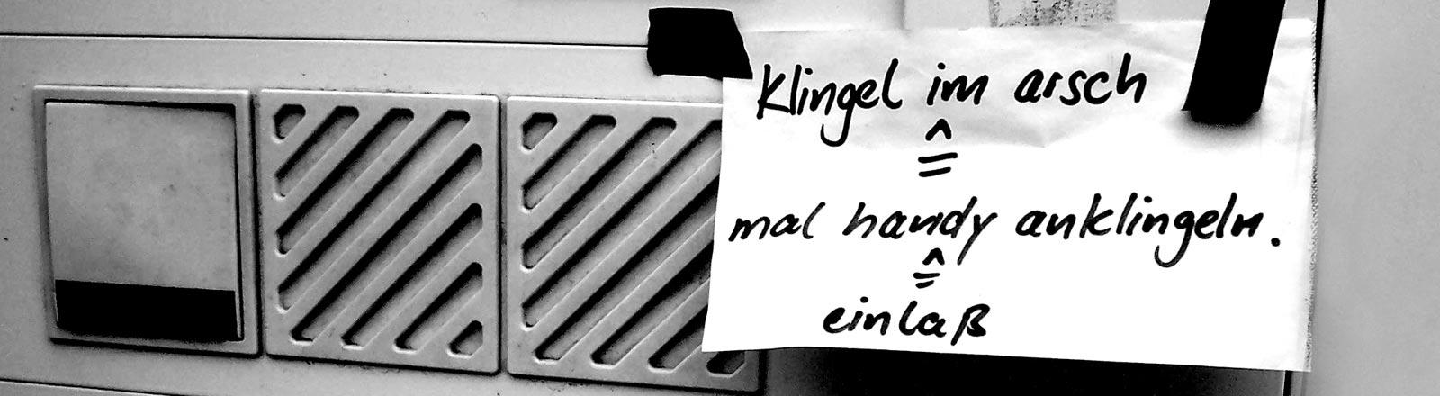 Ein Zettel, der an einer Haustüre befestigt ist und darauf aufmerksam macht, dass die Klingel nicht funktioniert.