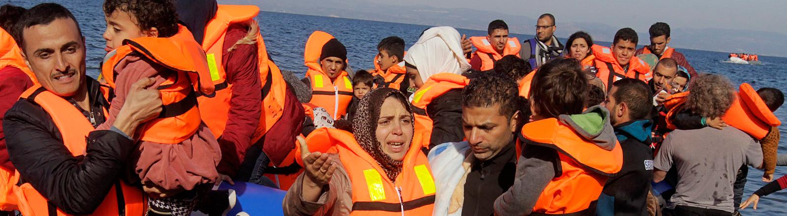 Am 16.11. landen Flüchtlinge in einem Boot auf der griechischen Insel Lesbos.