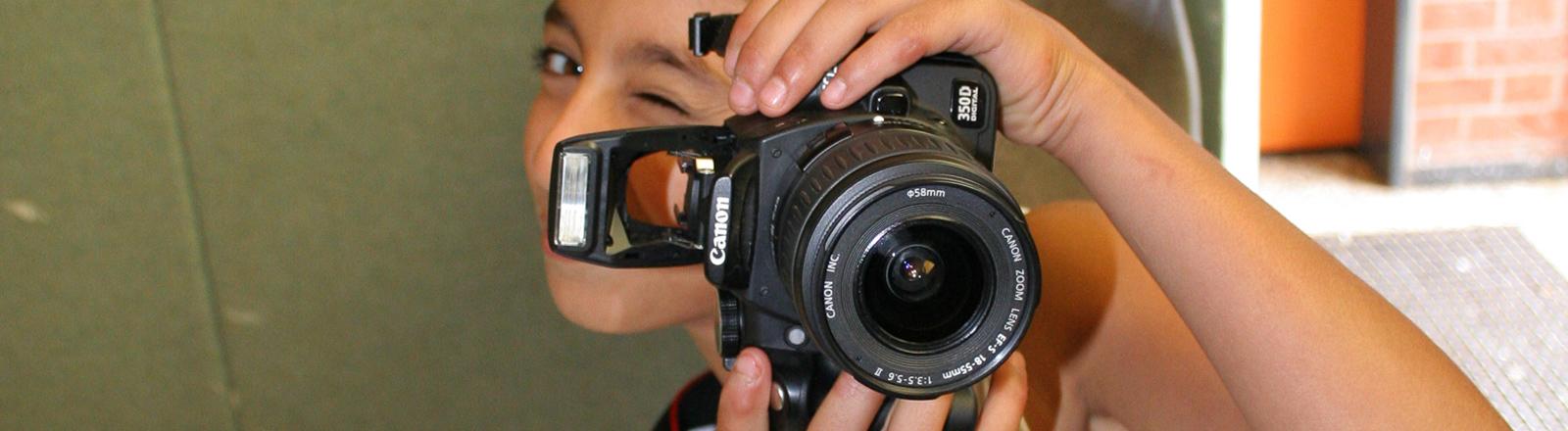 Ein Mädchen fotografiert und wird dabei selbst fotografiert.