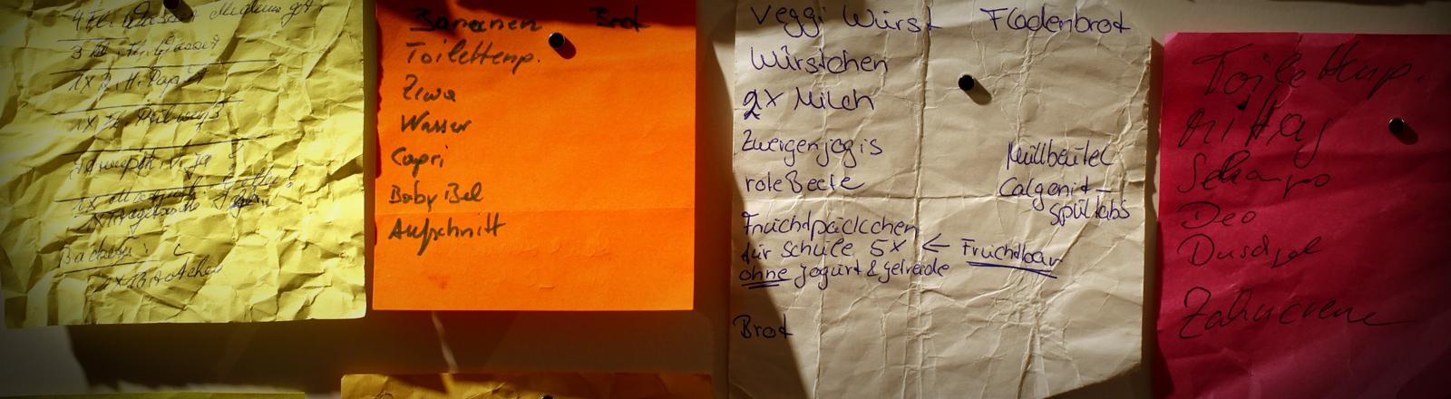 Ein Sammlung von Einkaufszetteln in der Ausstellung mimanca