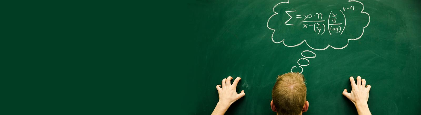 Mathe-Angst: Ein Mann steht vor einer grünen Tafel, auf der in einer Denkblase eine Formel mit Kreide geschrieben steht.