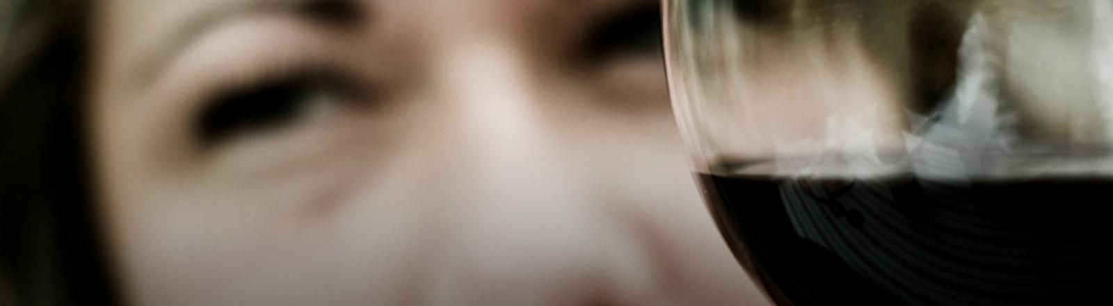 Eine Frau hält ein Weinglas