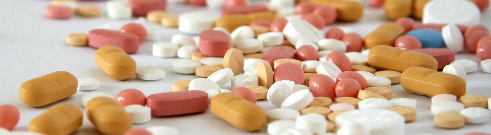 Eine Mischung an buten Pillen in verschiedenen Größen