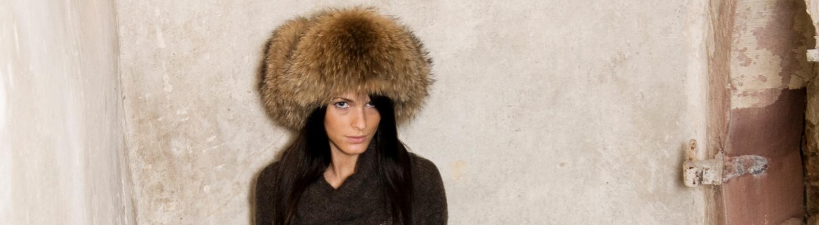 Eine Frau trägt eine Pelzmütze.