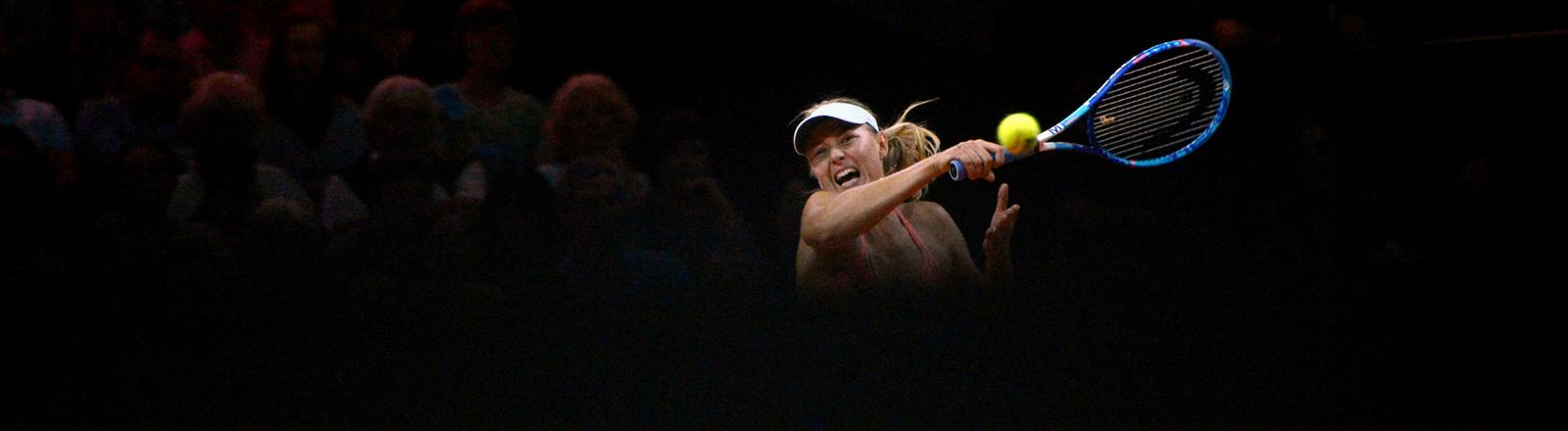 Maria Scharapova aus Russland spielt im Achtelfinale beim WTA-Tennisturnier am 23.04.2015 in Stuttgart.