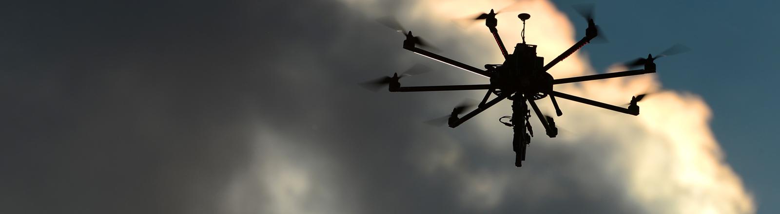 Drohne mit Maschinengewehr