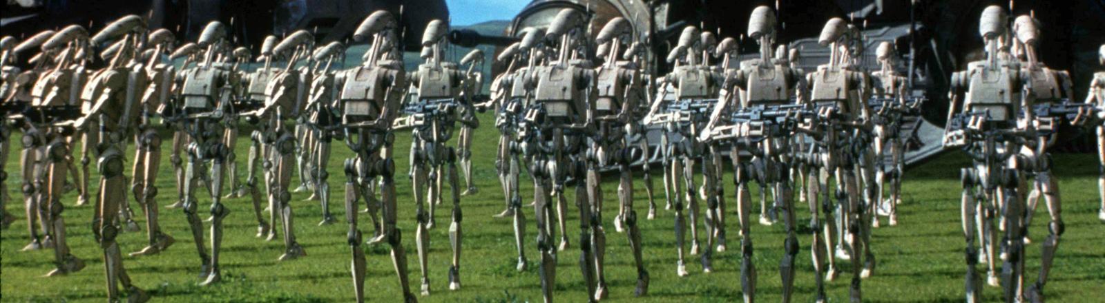"""Eine Roboterarmee tritt in dieser Filmszene aus dem neuen Science Fiction-Spektakel """"Star Wars-Episode I - The Phantom Menace"""" des Regisseurs George Lucas auf."""