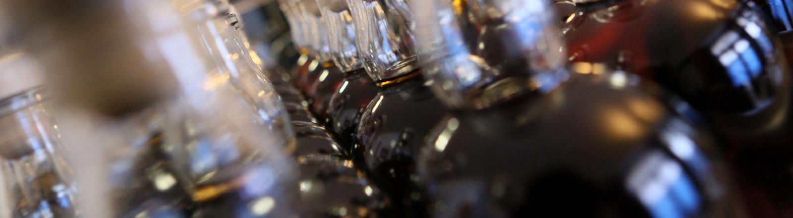 Mehrere Whiskey-Flaschen stehen nebeneinander.