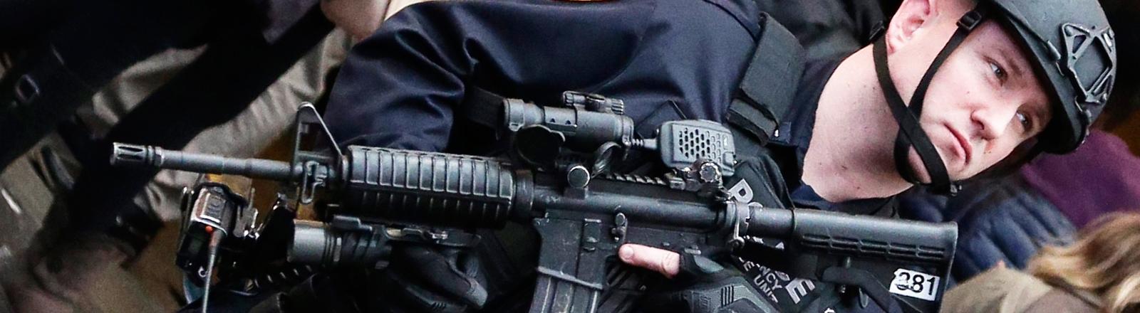 Ein schwer bewaffneter Polizist in New York.