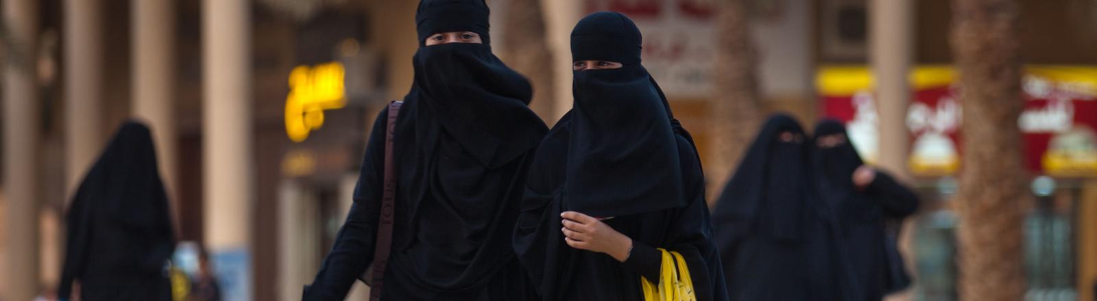 Zwei junge Frauen, voll verschleiert mit der traditonellen Abaya, schlendern am Mittwoch (06.06.2012) in Riad in Saudi-Arabien.
