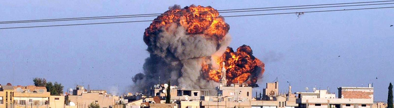 Eine Bombe geht an der syrisch-türkischen Grenze hoch.